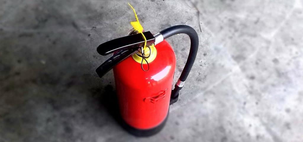 Een nieuw Zwitsers onderzoek werpt een licht op de zaak en stelt dat een brandende elektrische auto niet gevaarlijker is dan een gewone autobrand